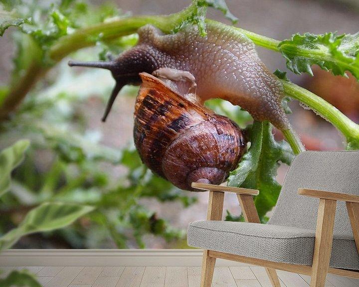 Sfeerimpressie behang: Ondersteboven (uit de serie Slakje op avontuur) van Jon Houkes