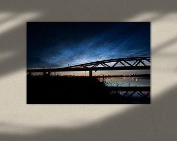 Lichtende nachtwolken bij de Hanzeboog spoorbrug tussen Hattem en Zwolle