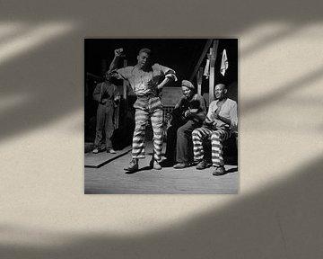 Tanz in einem Gefangenenlager in GEORGIEN 1941 von Atelier Liesjes