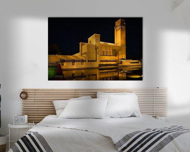 Impression: Hôtel de ville de Hilversum le soir avec ciel clair sur Jan van Dasler