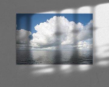 Cumulus wolken boven IJsselmeer van Foto Amsterdam / Peter Bartelings