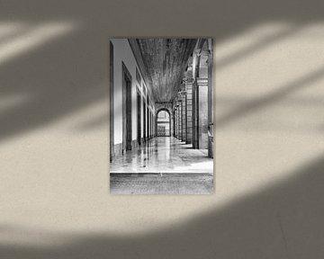 Kolonnade in Athen in Schwarz-Weiß verwandelt von Marianne van der Zee