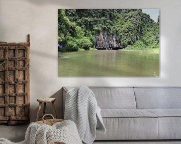 Vietnamese grot in rivier van mathieu van wezel
