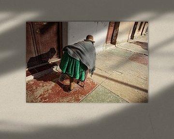 très vieille femme indienne marchant sur le trottoir de la ville d'Uyuni sur Tjeerd Kruse