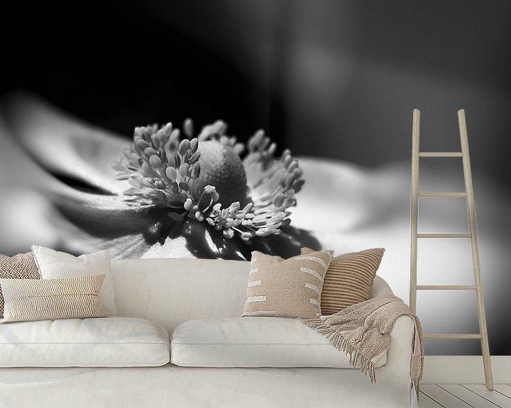 Sfeerimpressie behang: Anemoon in zwart wit. van Leo Langen