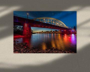 Avondfoto van de Arnhemse John Frostbrug in Airborne kleuren van Dave Zuuring