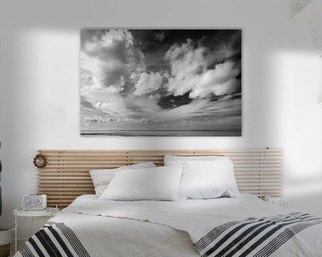 Wolken über dem Waddenmeer im Schwarz-Weiß von R Smallenbroek