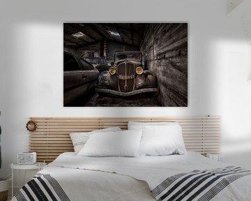 Renault Monaquatre in een Verlaten Garage van Beyond Time Photography