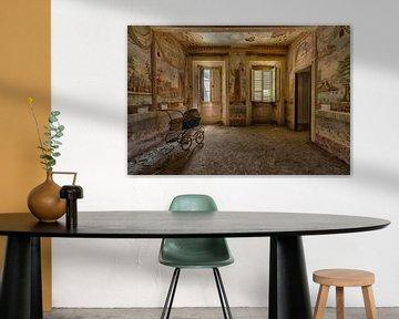 Kinderwagen in einem Raum mit Wandmalereien von Beyond Time Photography