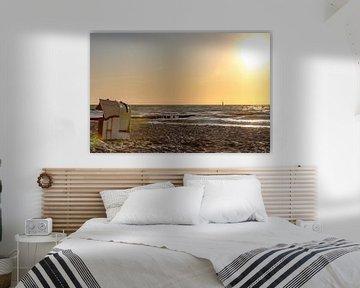 Strandkörbe stehen im Sonnenuntergang auf einem Badestrand an der Ostsee mit Meer und klarem Himmel von Hans-Jürgen Janda