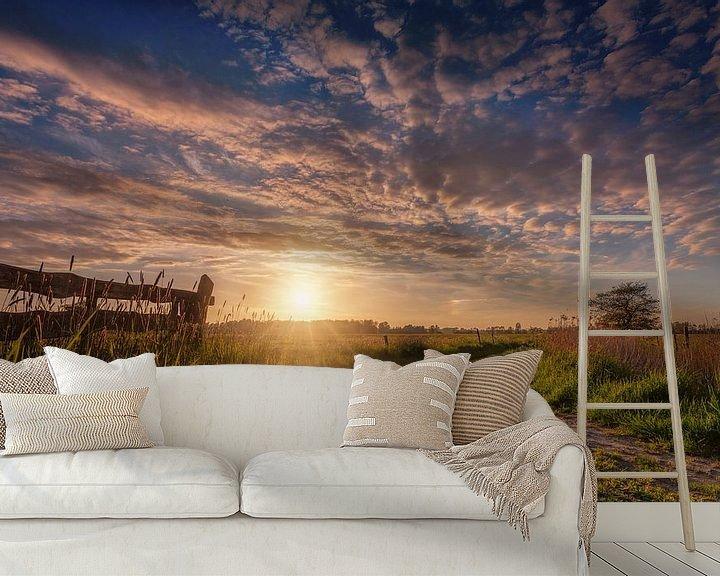Sfeerimpressie behang: Sunburst De Onlanden met hek van R Smallenbroek