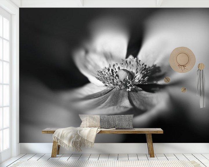 Sfeerimpressie behang: Anemoon in zwart wit van Leo Langen
