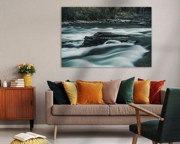 Rotsblok in Noorse rivier van Colin van Wijk