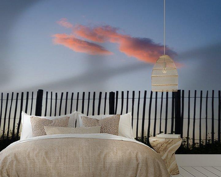 Sfeerimpressie behang: Roze wolk achter het hek van Mark Bolijn
