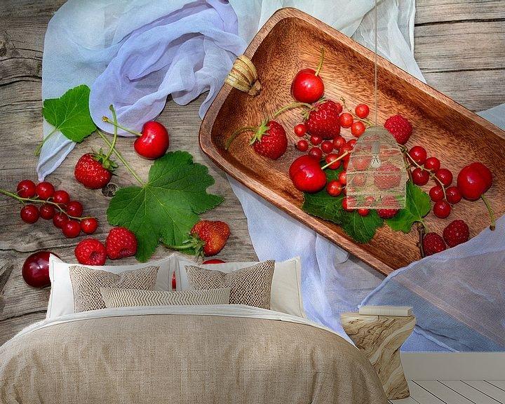 Sfeerimpressie behang: Vers fruit in rood van Claudia Evans