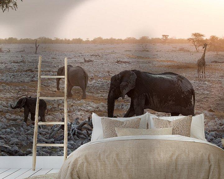 Beispiel fototapete: Elefanten und eine Giraffe in Etosha, Namibia von Menso van Westrhenen
