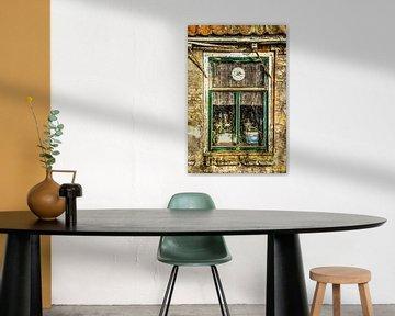 Fenster eines veralteten Hauses ohne Wartung von Harrie Muis