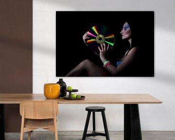 Vrouwelijk model met elpee van MSP Canvas