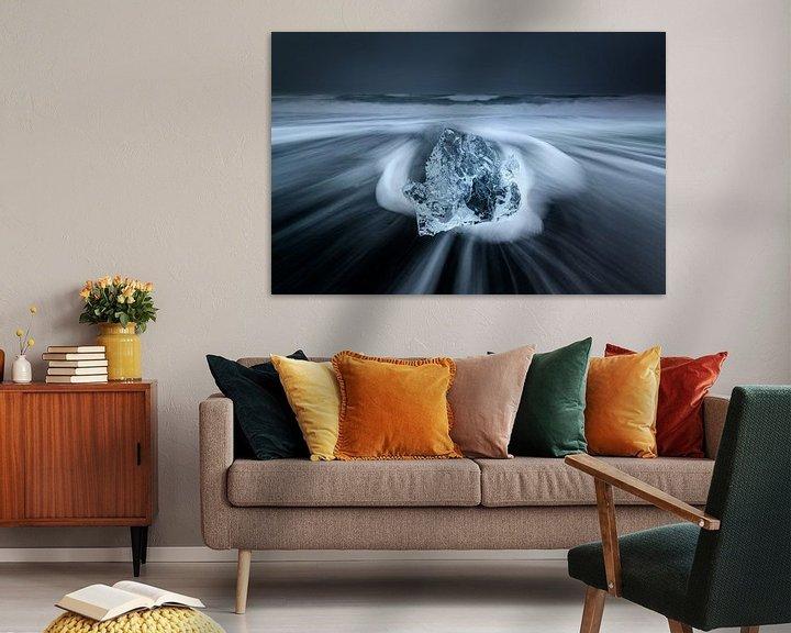 Sfeerimpressie: Ijs op het zwarte lava strand in Ijsland van Ellen van den Doel