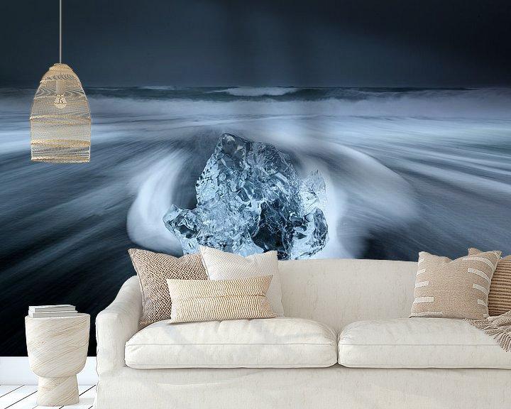 Sfeerimpressie behang: Ijs op het zwarte lava strand in Ijsland van Ellen van den Doel