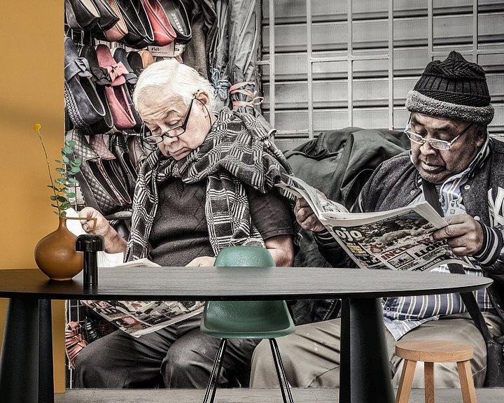 Beispiel fototapete: Männer lesen Zeitung in Peru von Rob Bleijenberg