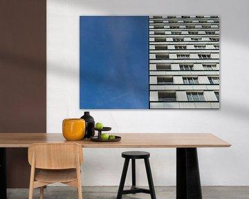 zweiteiliges Mehrfamilienhaus und blauer Himmel von Patrick Verhoef