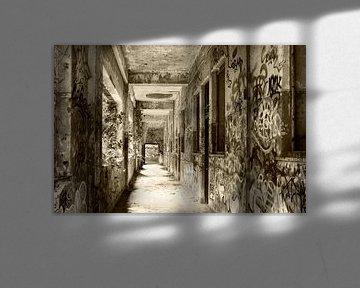 Urban - Urbex Korridor baufällig gewordene Militärkaserne, einst ein Kloster von Marianne van der Zee