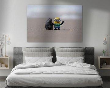 Minion pronkt met mega gigantische mossel. van Angélique Vanhauwaert