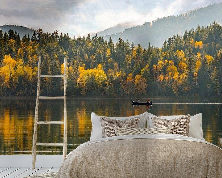 Sfeerimpressie behang: Bomen in herfstkleuren met roeiboot op spiegelend meer in Canada van Jille Zuidema