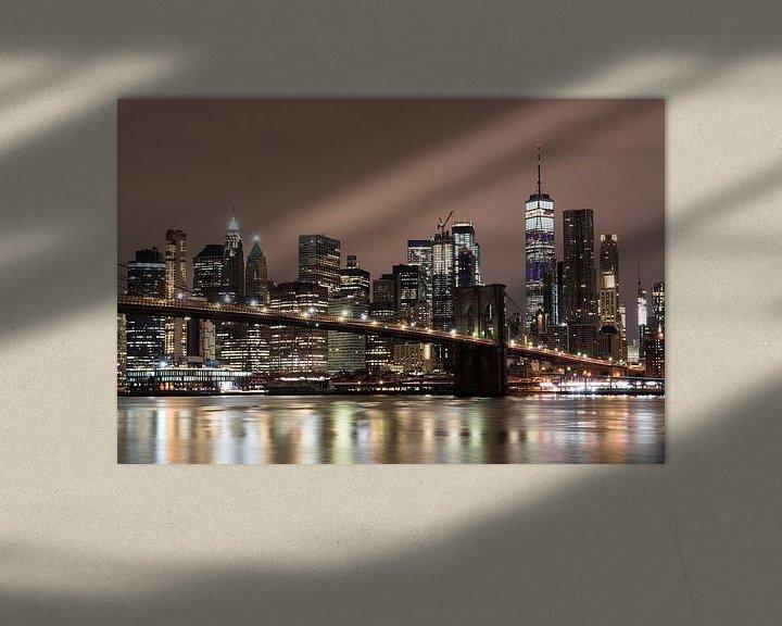 Sfeerimpressie: Pebble Beach, Lower Manhattan met One World Trade Center & Brooklyn Bridge. van Bert Buijsrogge