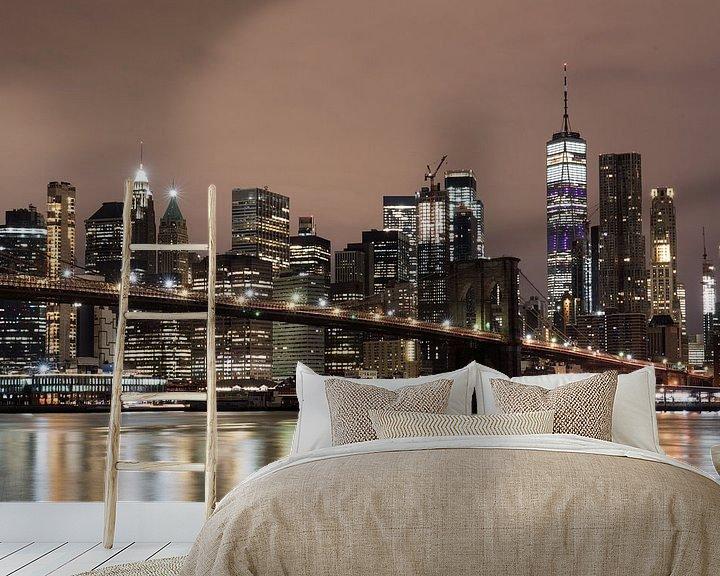 Sfeerimpressie behang: Pebble Beach, Lower Manhattan met One World Trade Center & Brooklyn Bridge. van Bert Buijsrogge