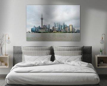 Skyline van Shanghai, Bund, World Financial Center, Oriental Pearl Tower in Shanghai, China van Bert Buijsrogge