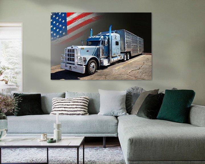 Sfeerimpressie: Amerikaanse Truck, Peterbilt, met veetransport-trailer. van Gert Hilbink