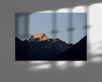 Berg ondergaande zon van Jarno Dorst