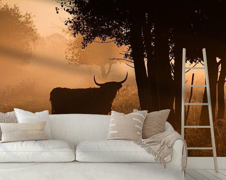 Sfeerimpressie behang: Schotse Hooglander in de mist van Ruud Jansen