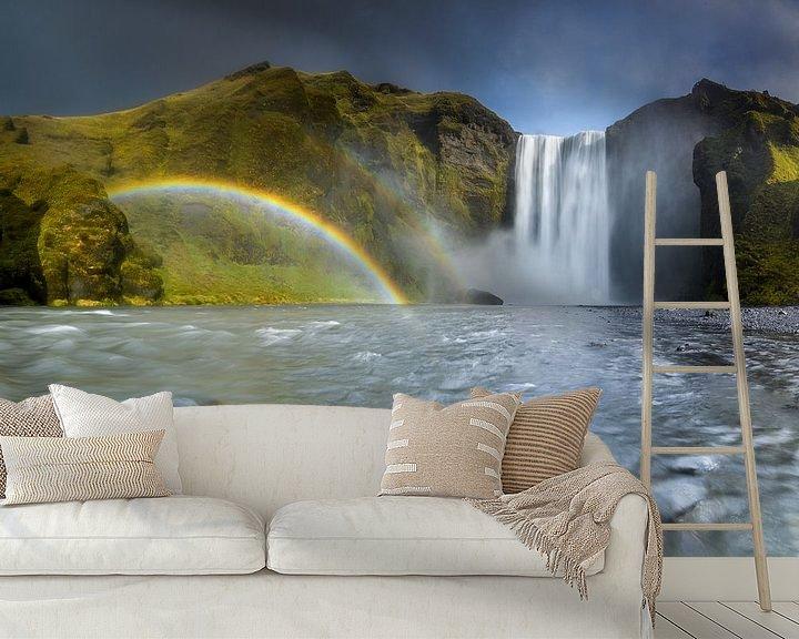 Sfeerimpressie behang: Waterval met een regenboog in IJsland van Ellen van den Doel