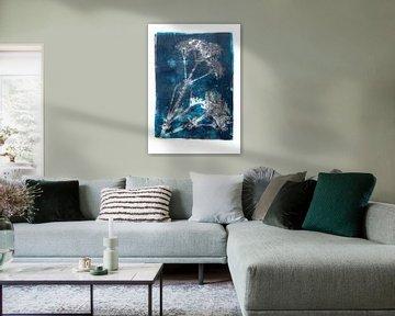 Les plantes et les insectes botaniques impriment en bleu sur Angela Peters