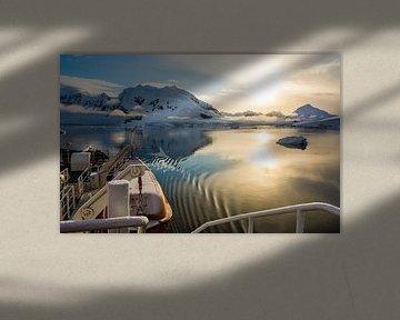 Leises Gleiten bei untergehender Sonne durch die Paradise Bay in der Antarktis. von Thijs van den Burg