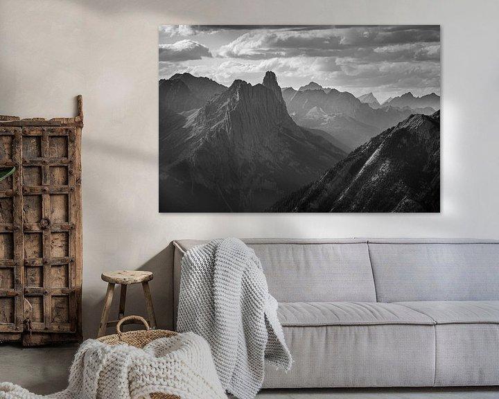 Sfeerimpressie: Castle Mountain (NP Banff) tijdens een bewolkte dag (B&W) van Gilbert Schroevers