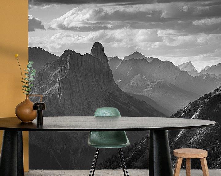 Sfeerimpressie behang: Castle Mountain (NP Banff) tijdens een bewolkte dag (B&W) van Gilbert Schroevers