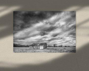 Schuurtje onder donkere wolken van Mark Bolijn