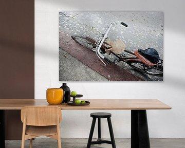 Parken des alten Fahrrads auf dem Bürgersteig einer schmutzigen alten Straße als Hintergrund in Hava von Tjeerd Kruse