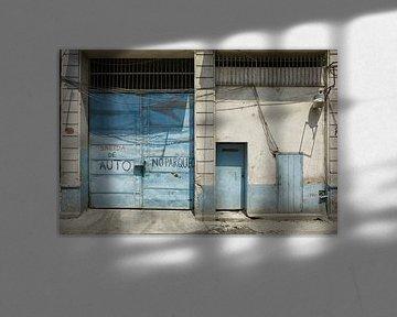 Blaues, verfallenes Garagentor in Havanna, Kuba von Tjeerd Kruse