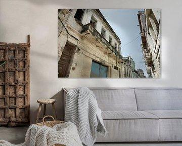 HAVANA, CUBA Typische Straße von Havanna, Kuba von Tjeerd Kruse