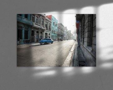 Scène de rue typique avec des gens et des bâtiments colorés. La Havane sur Tjeerd Kruse