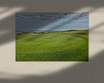 Irlands atlantischer Golfplatz am Meer. von Tjeerd Kruse