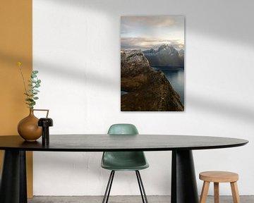 Het uitzicht op de weg naar de top van Segla in Noorwegen van Jasper den Boer