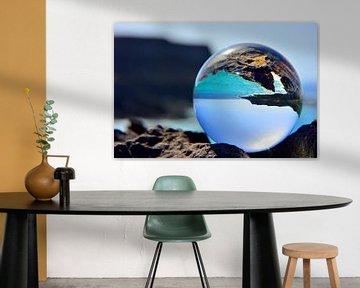 Ozean durch Glaskugel von Dustin Musch