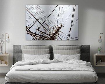 Schleppende Stromkabel auf grau-blauem Hintergrund von Tjeerd Kruse