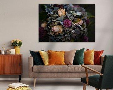Herbstlicher Blumenstrauß mit Rosen, Hortensien und Zwiebeln von Jenco van Zalk